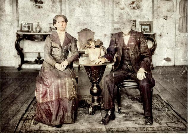 Ernesto Young, com a esposa Esther, na sala de estar de sua chácara, no início do século XX.
