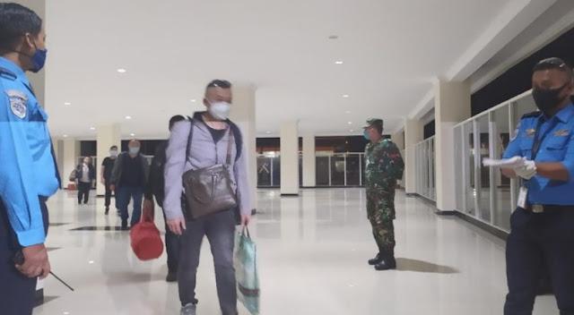 Pakai Pesawat Carter, Gelombang Pertama TKA China Tiba di Bandara Kendari, Dikawal Ketat Aparat