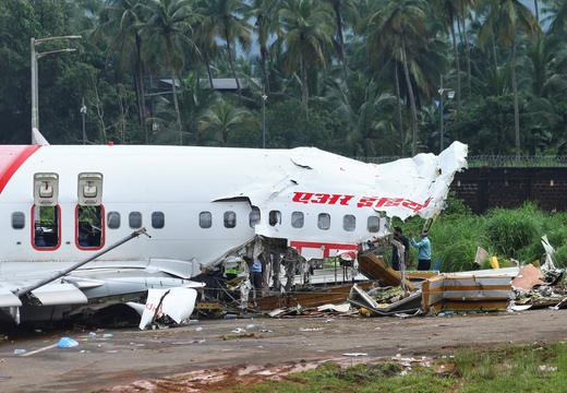 Flight of the Organization of Air India tumble airport Calicut in India