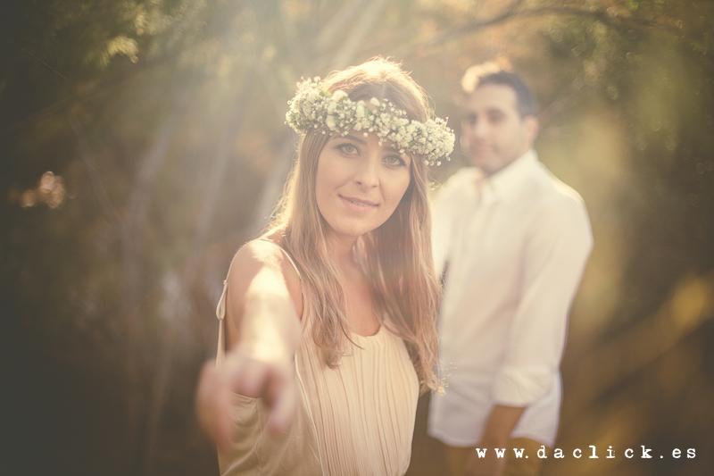 corona de flores para el pelo novia extiende su mano