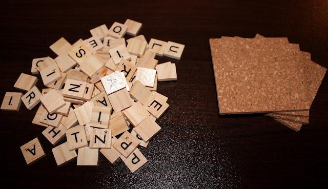 DIY, Basteln: Getränkeuntersetzer aus Scrabblebuchstabend als Geschenkidee und Wohndekoration - DIYCarinchen