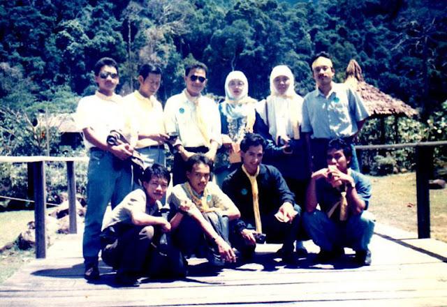 """KOMPAK : Inilah para tokoh Senat FKIP UNTAN dalam kunjunhgan ke ITM Saraak 1-10 Pebruari 1994 yang lalu. Banyak """"tokoh"""" dalam foto ini yang sudah berhasil meniti karir dan menjadi orang sukses, Foto IST"""