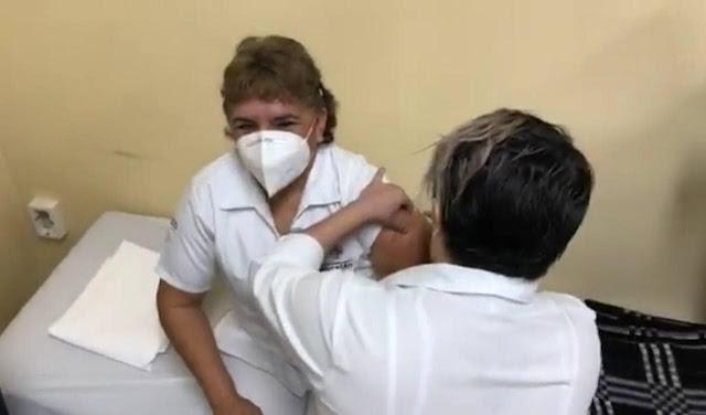 María Andrea Ventura Cauich, fue la enfermera del Hospital O'Horán que recibió la primera vacuna contra el COVID-19 en la entidad. Twitter