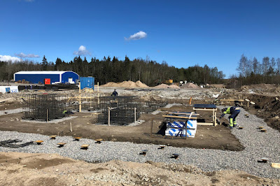 Bild från det påbörjade bygget i Backamo, grundläggning.