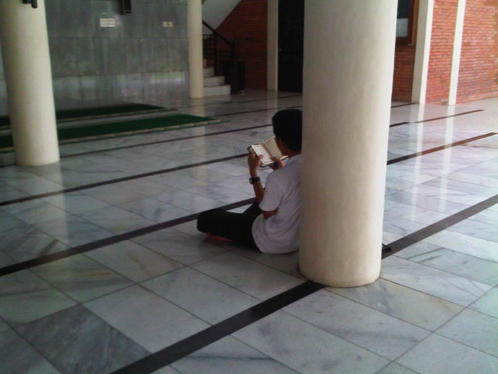 membaca alqurán di masjid