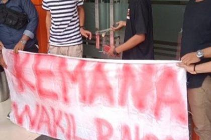 Datang Di Waktu Yang Tidak Tepat, Peserta Demo Di DPRD Wajo Gigit Jari
