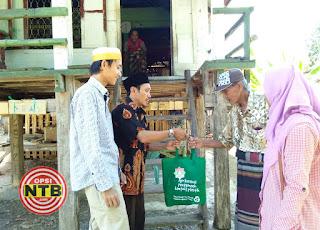 Asosiasi Dosen Cordova Blusukan Membagikan Parsel ke Warga