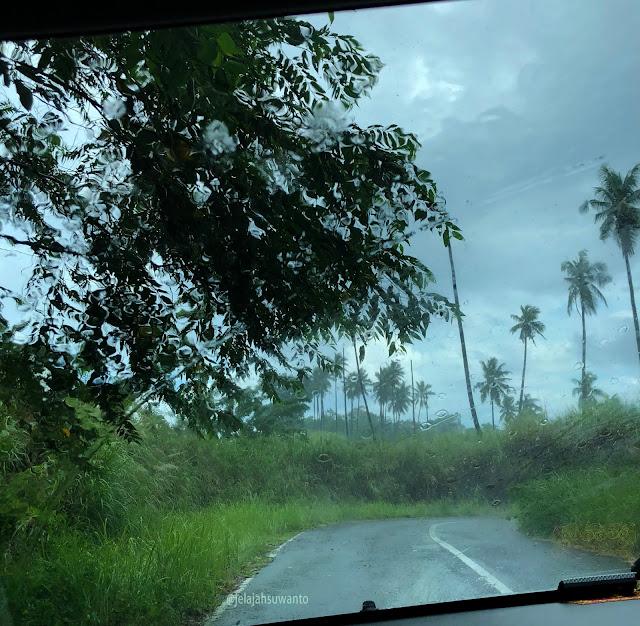 Gerimis menyapa di jalur antah berantah di Minahasa | © jelajahsuwanto