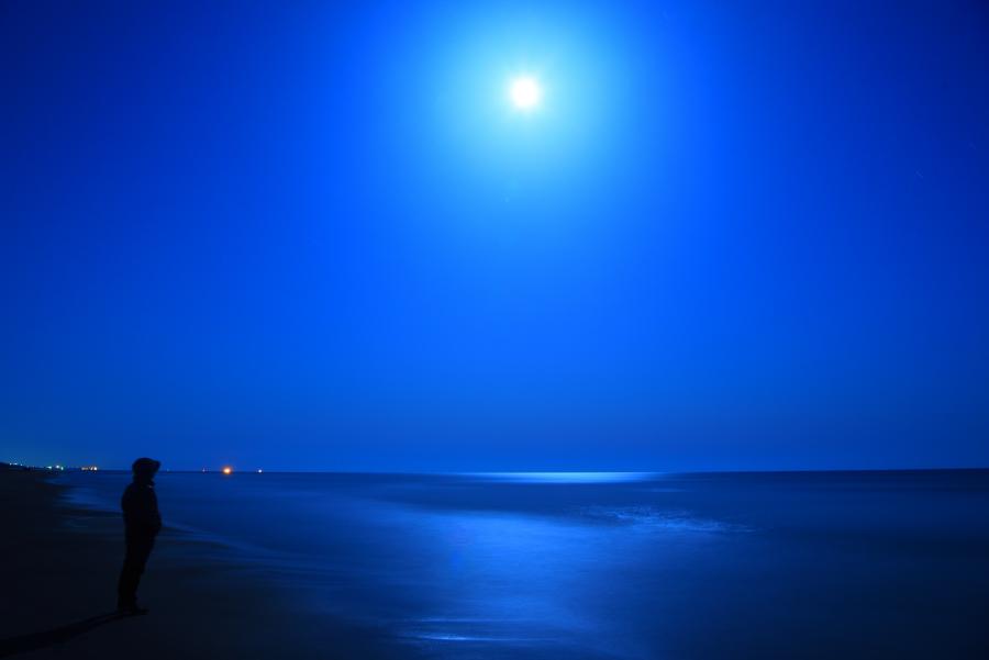 満月に照らされる夜の海の月光写真