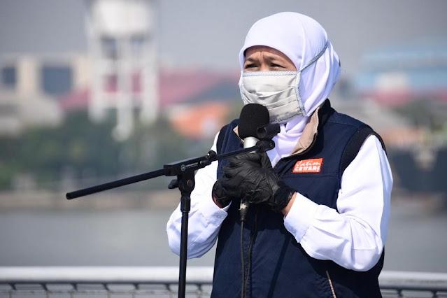 Gubernur Khofifah Bersama Pangkoarmada II Serahkan Bantuan Bagi Nelayan Terdampak Covid-19 di Atas KRI Makassar-590