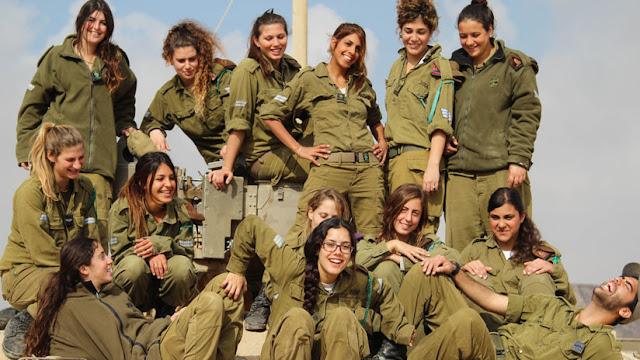 Mujeres del Ejército israelí no pueden sacarse el sostén para dormir, fumar o usar pantalones cortos