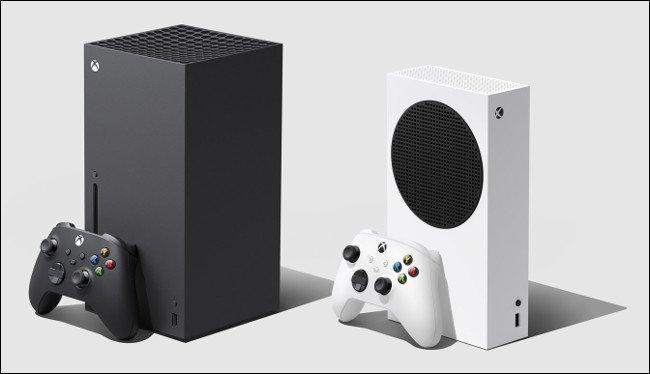 أجهزة Xbox Series X و Series S مزودة بوحدات تحكم.