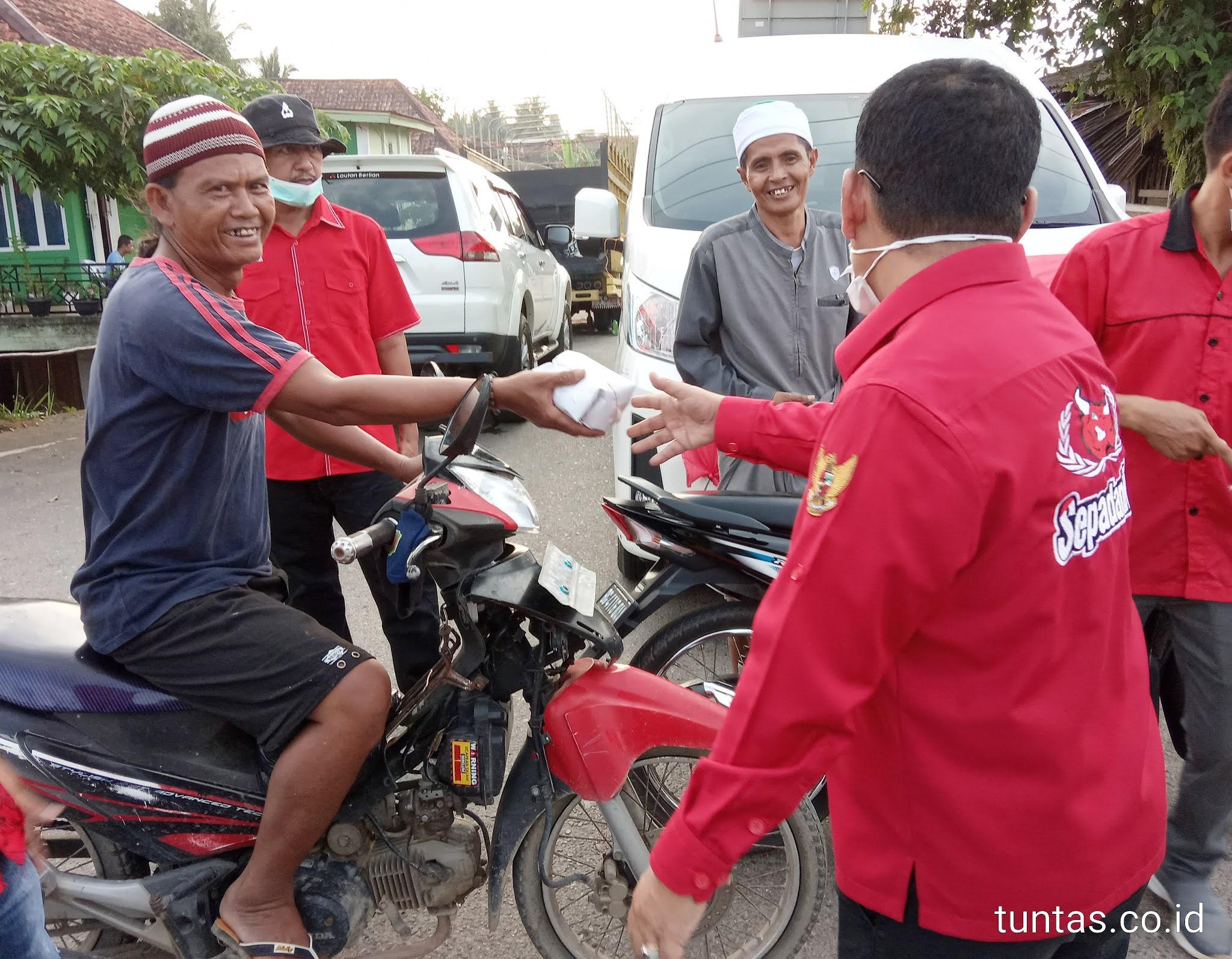 Ketua Badan Pemberdayaan Ekonomi Kerakyatan (BPEK) DPD PDI Perjuangan Provinsi Sumsel, H. Devi Suhartoni (HDS) sekaligus Bupati Muratara bagikan nasi bungkus kepada warga