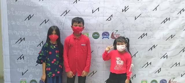 Beberapa anak-anak yang mulai mengenal aksara kuno Sumatera Selatan