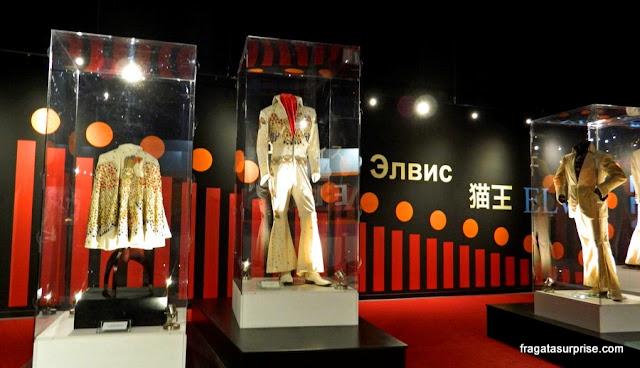 Trajes de palco de Elvis Presley exibidos no museu d Graceland