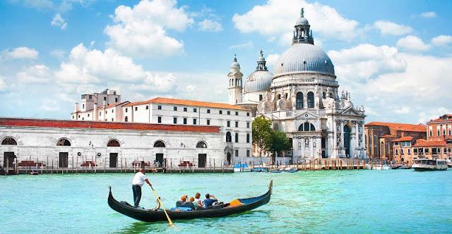 Turistas passeando de gôndola em Veneza