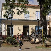 Kuba, Matanzas, riesiges Zahnrad einer Zuckerrohrmühle im Pueblo Viejo