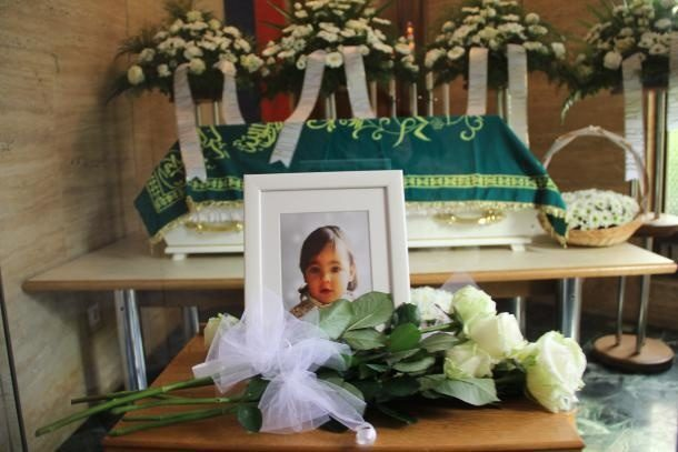 """""""Goodbye, my darling"""" Heartbroken father gives last kiss to daughter killed by her mom"""