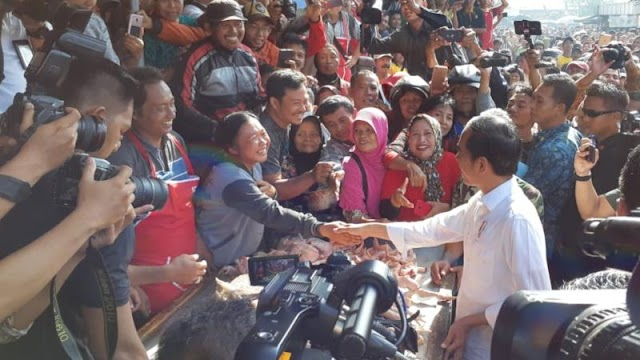 Blusukan ke Pasar Ngemplak Tulungagung Presiden Jokowi Disambut Antusias Warga