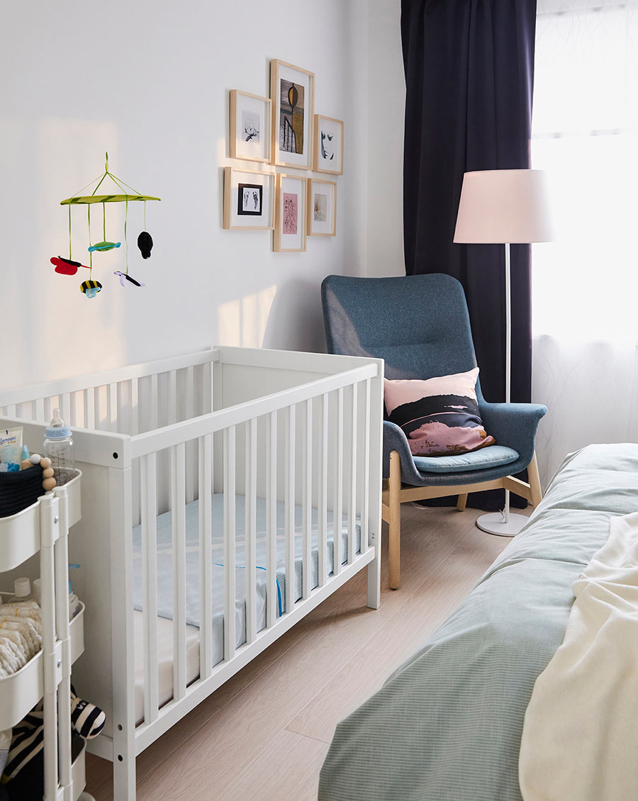 catalogo ikea 2020 dormitorio España The Lab Home cuna blanca bebé y sillón gris