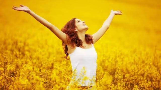 Wanita sedang bahagia kaeena telah berhasil melupakan masa lalunya