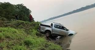 Bombeiros resgatam caminhonete roubada que caiu em rio da balsa de bolivianos