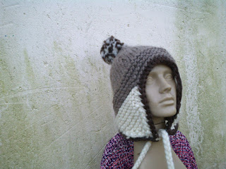 gorro com o modelo aviador tricotado  com lã de ovelha crua e marrom
