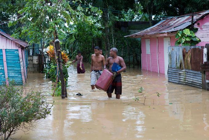 COE: 26 provincias en alerta roja, 25 poblados aislados y 17,000 evacuados