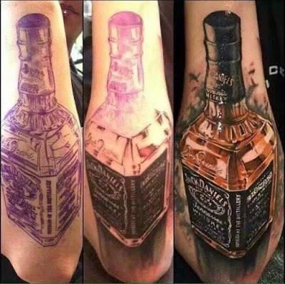 Tatuaje de botella de Jack Daniel's