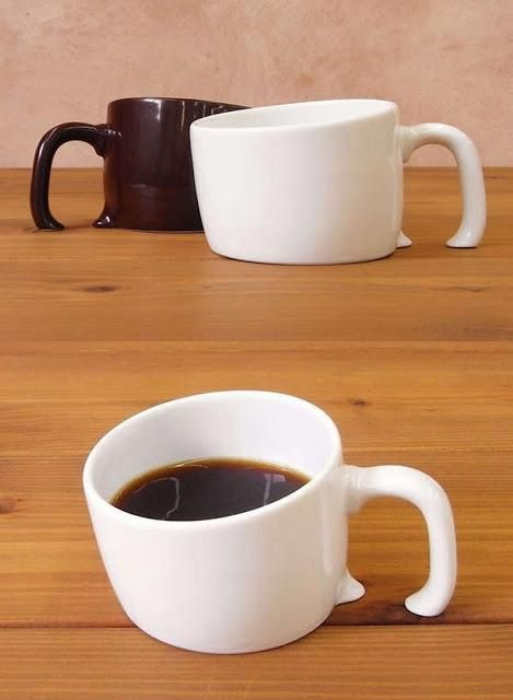 taza incrustada en la mesa