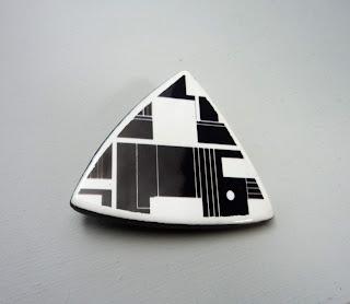 bijou graphisme bahaus géométrique rayures en noir et blanc