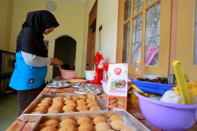 Jelang Lebaran, Penjual Bolu Klemben Banyuwangi Laris Manis