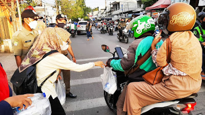 Bulan Suci Ramadhan 1442 H, PSM Kecamatan Cibodas Bagikan Takjil dan Himbau Prokes 5M