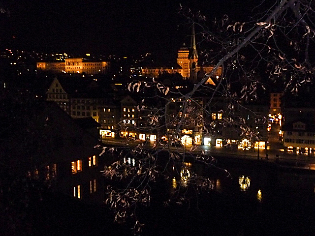 Abendstimmung im Advent. Blick vom Lindenhof aufs Zürcher Limmatquai
