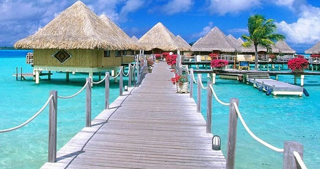 La mayoría de los turistas vienen en vuelos internacionales sin escalas y cruceros por el Caribe occidental. Hay varias ciudades de EE. UU. Con vuelos internacionales que duran menos de 3 horas. Los visitantes vienen de todas partes del mundo. Las aerolíneas más grandes generalmente vuelan a través de Miami, Dallas y Houston.