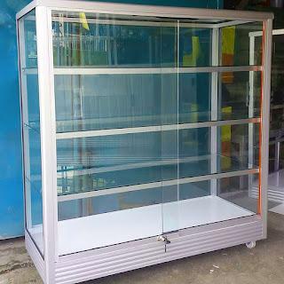 membersihkan-kaca-etalase-aluminium.jpg