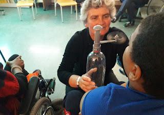 Manuela do Farol Museu explica a um aluno o funcionamento de um anemómetro