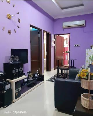 Desain ruang keluarga terbuka warna ungu