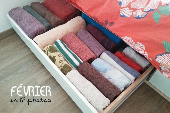 Rangement d'un tiroir de serviettes selon la méthode KonMari de Marie Kondo, les serviettes sont toutes visibles car positionnées sur la tranche.