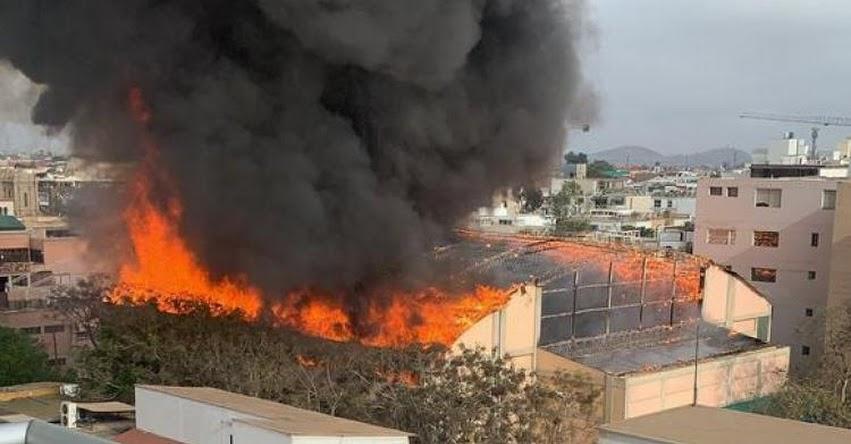 Reportan incendio de grandes proporciones en colegio de Barranco [VIDEO]
