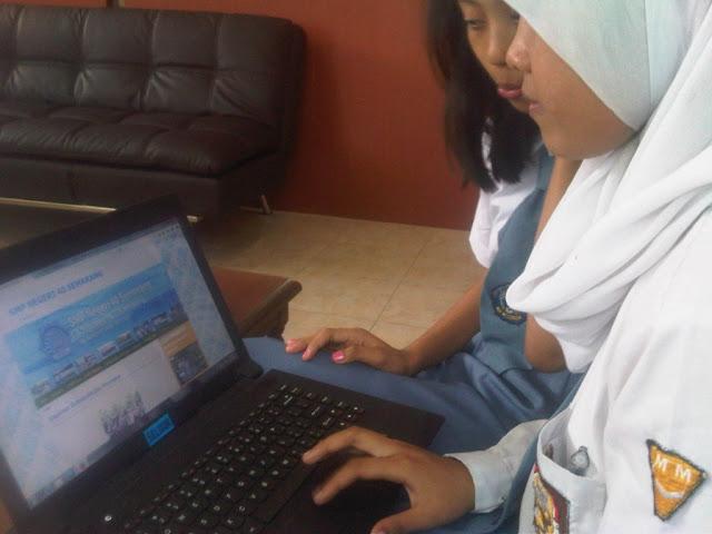 Siswa SMKN 8 Semarang mengerjakan projek website gratis untuk SMP di Kota Semarang