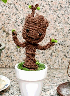 http://translate.google.es/translate?hl=es&sl=en&tl=es&u=http%3A%2F%2Fblog.twinkiechan.com%2F2014%2F08%2F13%2Ffree-crochet-pattern-potted-baby-groot-from-guardians-of-the-galaxy%2F
