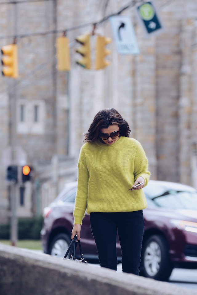A pop of color by Mari Estilo Wearing: Sweater: LightInTheBox Jeans: LEVIS  Bag: JustFab  Shoes: Bamboo