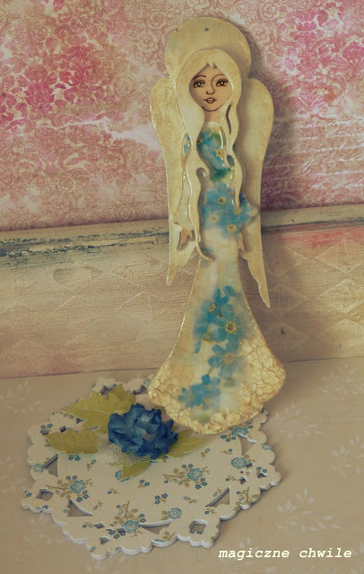 Aniołek w niebieskich kwiatkach
