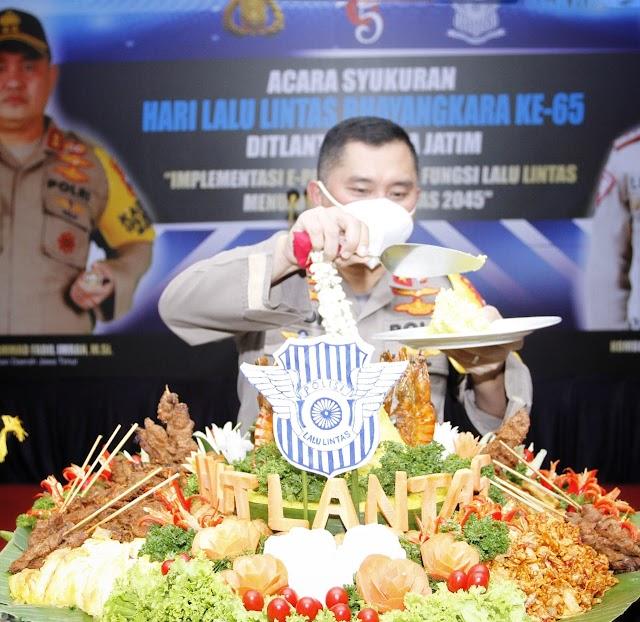 Kapolda Jatim Memberikan Bansos Dalam Syukuran Hari Lalu Lintas Bhayangkara Ke-65