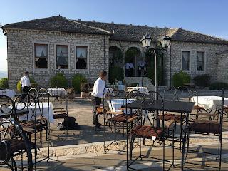 Ravintolan pöytiä linnan terassilla