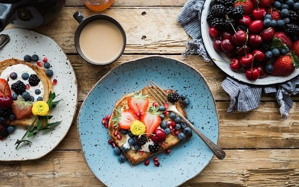 desayuno pan integral, fresas, queso