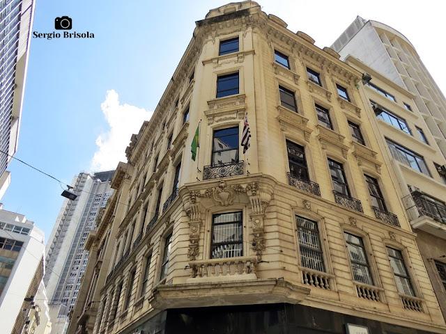 Vista ampla da fachada de um antigo prédio na Rua Quinze de Novembro - Sé - São Paulo
