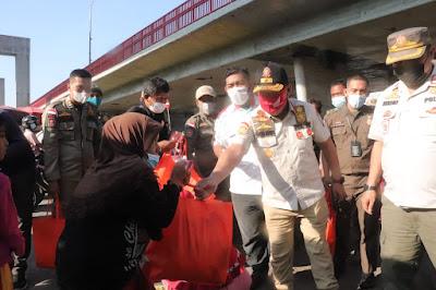 Sat Pol PP Palembang Bagikan Paket Sembako Bantu Pedagang