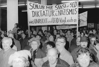 https://commons.wikimedia.org/wiki/File:Bundesarchiv_Bild_183-1990-0116-013,_Berlin,_St%C3%BCrmung_Stasi-Zentrale.jpg